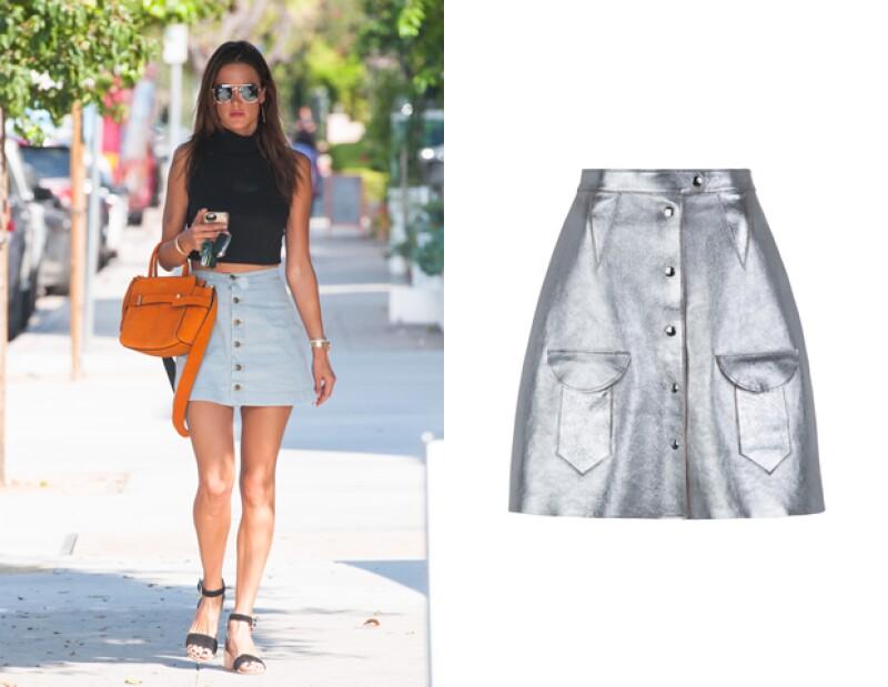 Una de nuestras piezas favoritas que presume este trend es la falda metálica de Bimba y Lola.