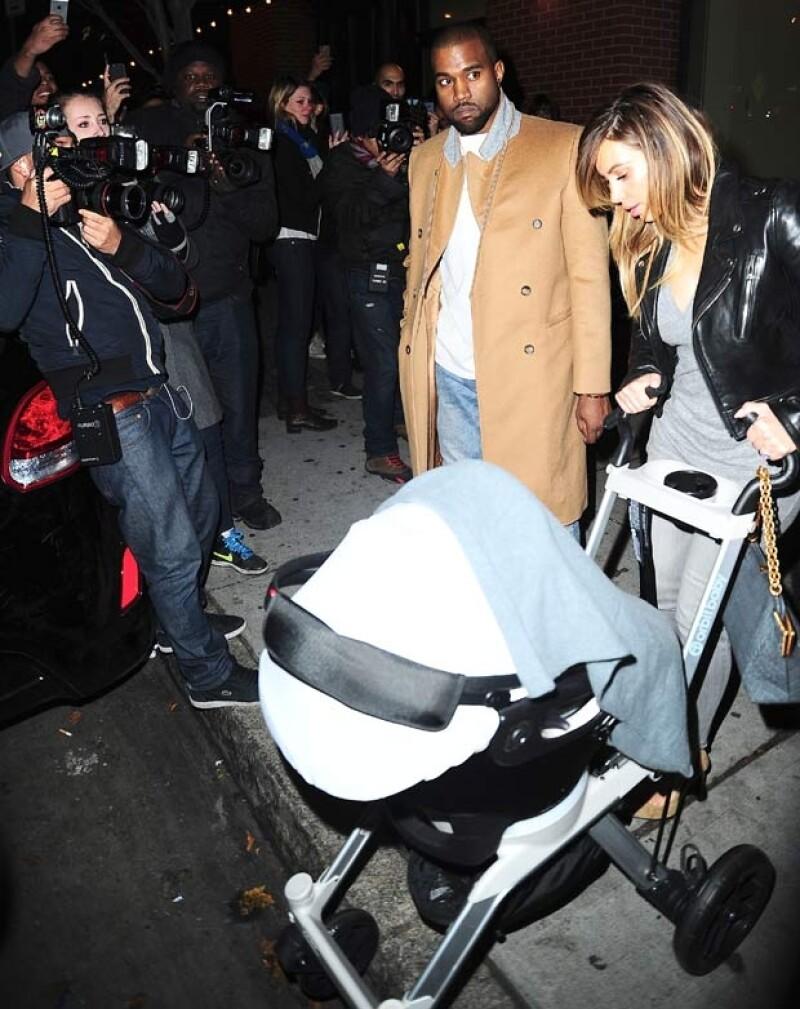 Al final, Kim salió con su bebé en la carriola.