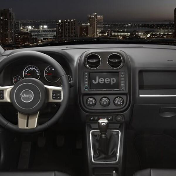 En el interior cobra importancia el volante de tres radios con mandos integrados, desde donde se pueden manejar funciones como el control de crucero, el teléfono con manos libres y el sistema de sonido.