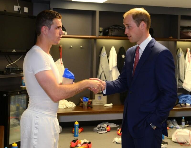 El Príncipe Guillermo saludando al jugador Jordan Henderson en los vestidores.