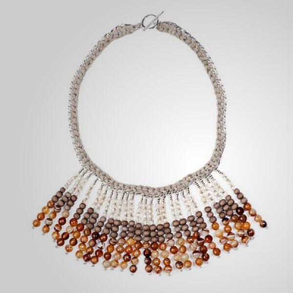 Para ellas, este collar con piedras preciosas puede usarse para un desayuno familiar.