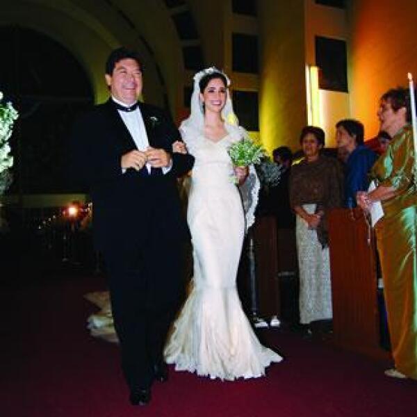 La novia entró a la Iglesia del  Espíritu Santo de Tijuana del brazo de su padre, Jorge Hank Rhon. En la foto: Jorge Hank Rhon y Mara Hank