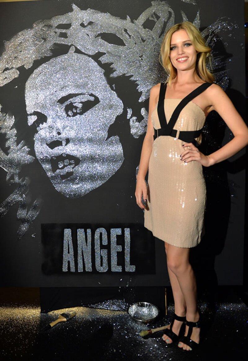 Gerogia May Jagger posa con la nueva imagen de la fragancia Angel.