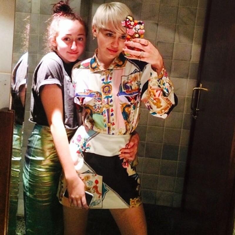 Hay un gran parecido entre las hermanas, Noah y Miley Cyrus.