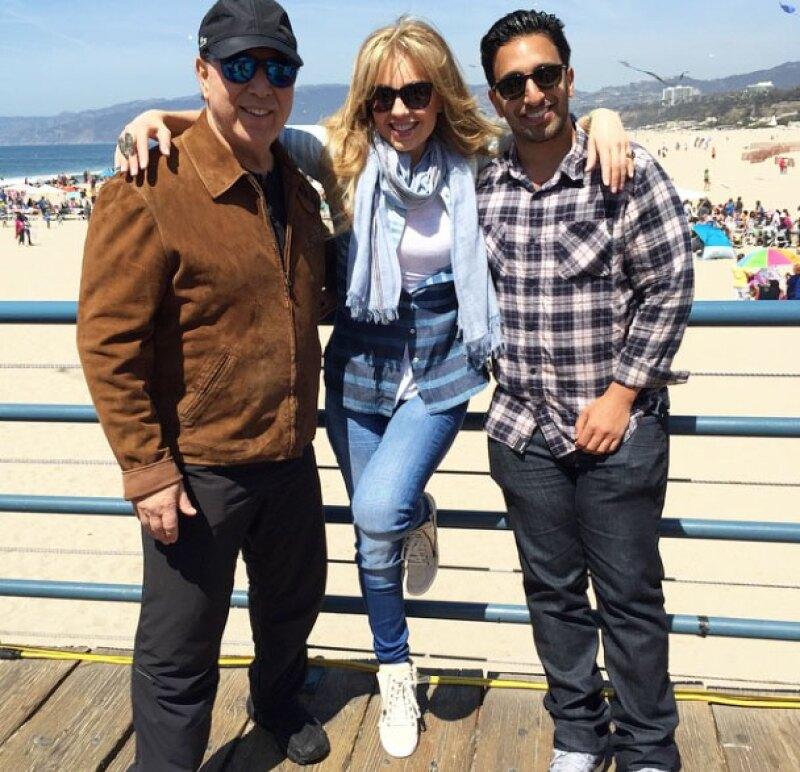En un paseo por Santa Monica Beach, California, la cantante y actriz mexicana promovió entre sus fans al hijo de su esposo, Tommy Mottola, quien se encuentra soltero.