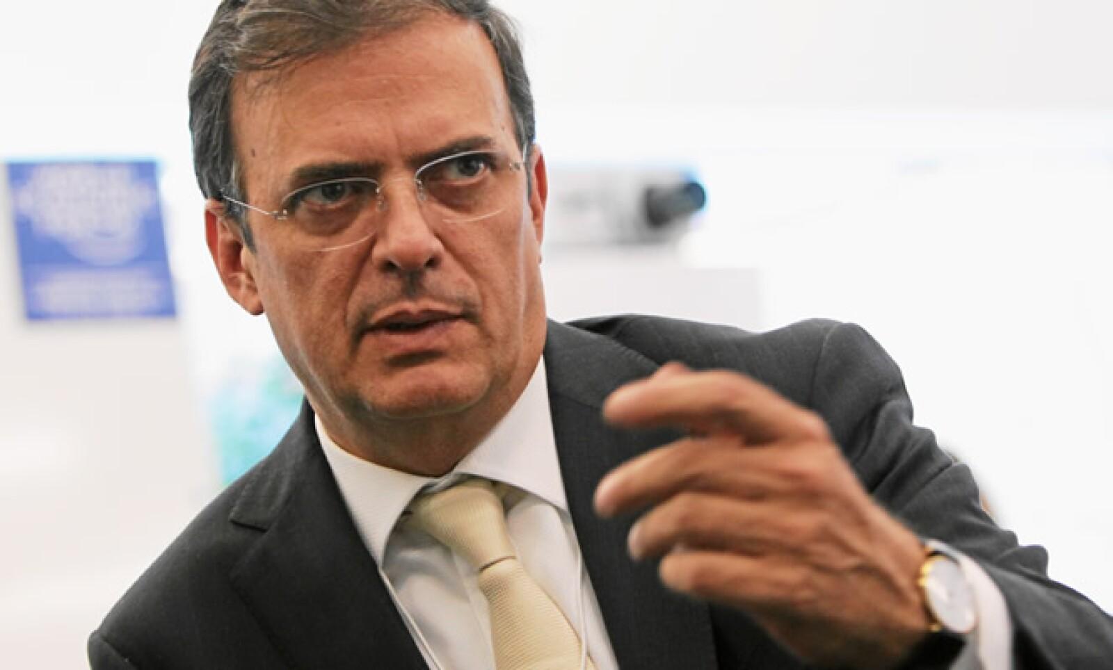 """El Jefe de Gobierno del DF, Marcelo Ebrad, hablando en la mesa """"¿Megaregiones o Megaproblemas?""""."""