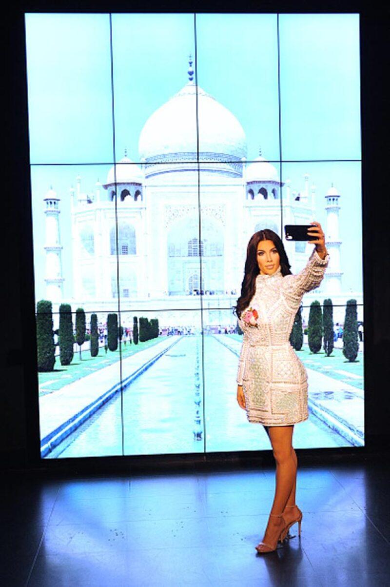 La esposa de Kanye West se ha convertido en la primera celebridad en tener una estatua tomándose selfies, en el Museo Tussauds de Londres.