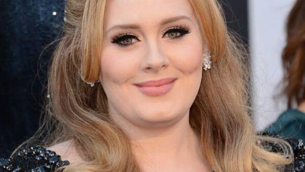 La cantante Adele, sin duda es una de las famosas que aparenta más edad pues, aunque tiene 26, su rostro y maquillaje hacen que luzca más grande.
