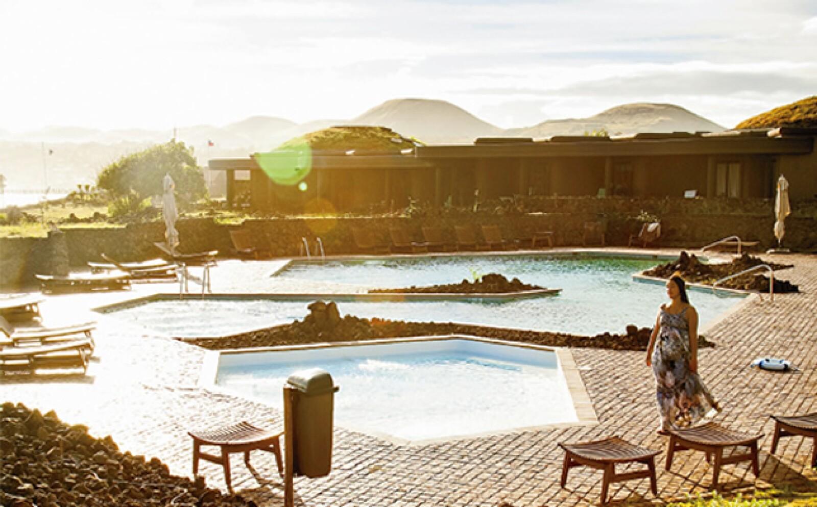 El hotel Hanga Roa Eco Village & Spa reproduce en sus habitaciones de piedra y techos de hierba verde limón, el centro ceremonial de la antigua aldea de Orongo, uno de los 100 sitios en mayor peligro de extinción.