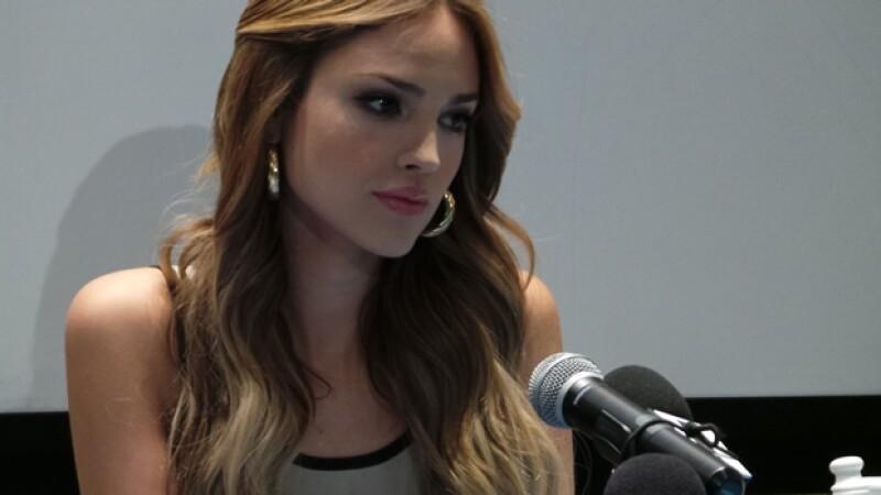 Eiza González durante la conferencia de prensa, en la que lucía un poco nerviosa.