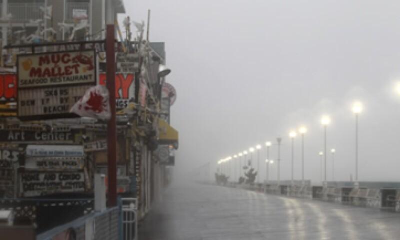 El huracán se acercaba este sábado a la Costa Este de Estados Unidos, azotando Carolina del Norte con fuertes vientos. (Foto: Reuters)
