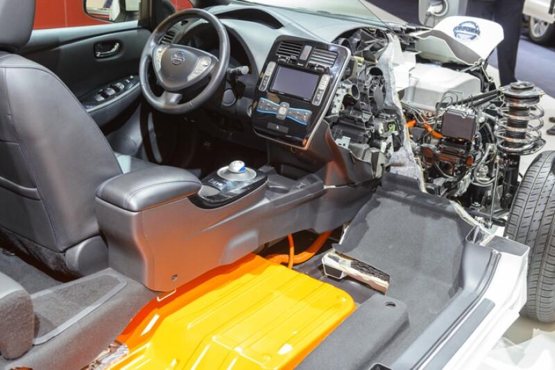 Vista transversal de auto eléctrico de Nissan