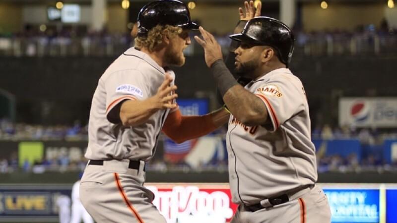 Hunter Pence (izquierda) y Pablo Sandoval de los Gigantes de San Francisco celebran el poderío ofensivo de los Gigantes