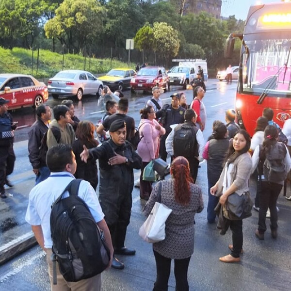 La acumulación de agua complicó el tránsito de automóviles en Avenida Insurgentes desde Eje 2 Norte, reportaron las autoridades