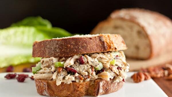 La mayoría del tiempo queremos comer sano en la oficina, sin embargo muchas veces no tenemos tiempo o ideas de lo qué podríamos llevrar. Te dejamos estas opciones de sandwiches.