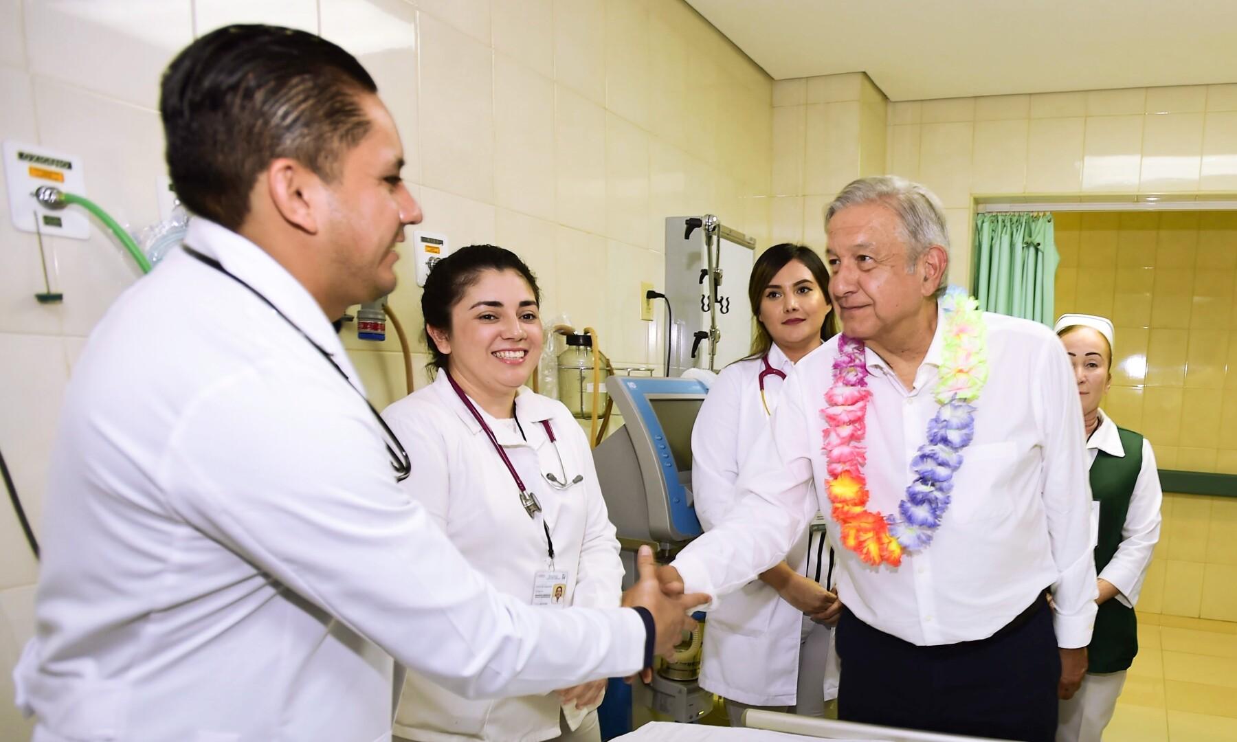 AMLO hospital Sinaloa.jpg