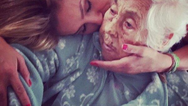La cantante se mostró bastante perturbada por la situación de salud de su abuela, quien a sus 97 años está a cargo de la hermana de Thalía, Laura Zapata.