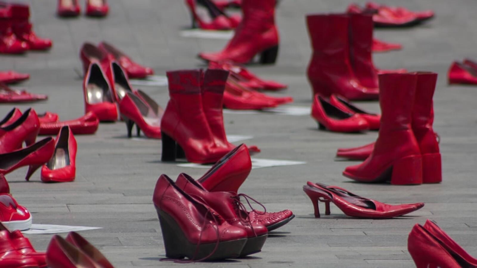 zapatos rojos colocados afuera del palacio de bellas artes