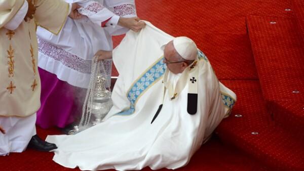 El pontífice no vio un escalón que tenía enfrente y cayó al suelo, tirando algunos inciensos que tuvieron que ser apagados por bomberos.