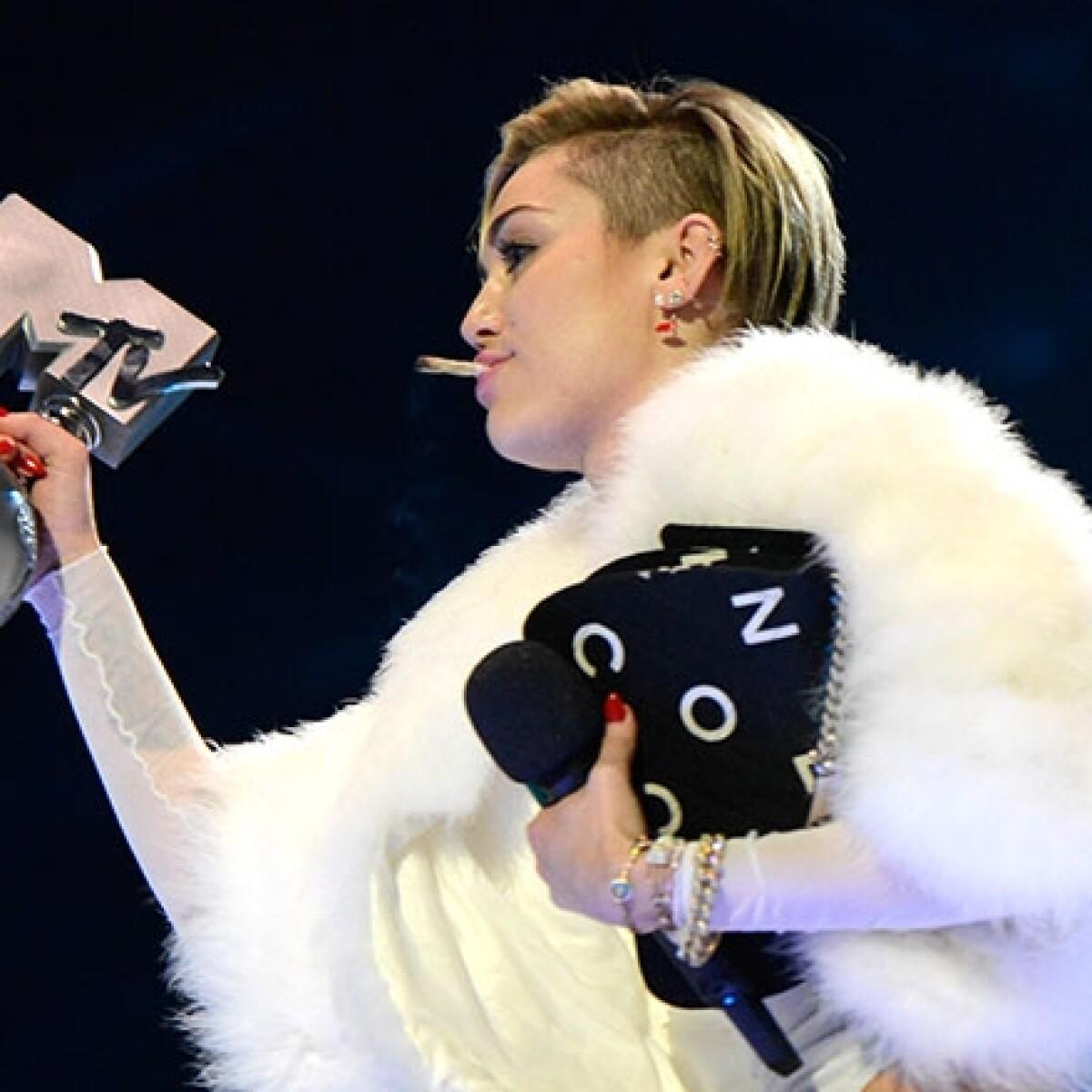 Miley fuma marihuana en el escenario de los MTV EMA 2013