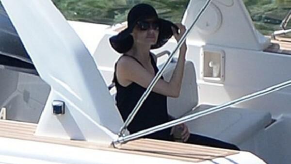 La actriz presumió su anillo de casada por la costa mediterránea, de vuelta al trabajo a solo unos días de su boda con el actor, con quien próximamente grabará escenas de una romántica película.