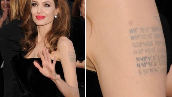 Angelina Jolie tiene tatuadas en el brazo las coordenadas de los puntos geográficos donde nacieron sus hijos.