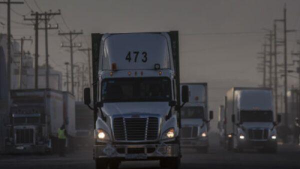 camiones de carga al amanecer