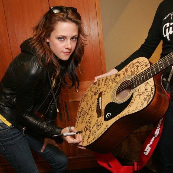 En esta foto autografiando una guitarra Gibson, tras la presentación del filme `Adventureland´, en el marco del  Festival de cine de Sundance (2009).