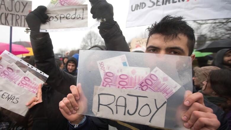 Durante la visita de Mariano Rajoy a Berlín se registraron diversas protestas en su contra. El PP dijo que emprenderá acciones legales contra quienes atribuyen los pagos irregulares.