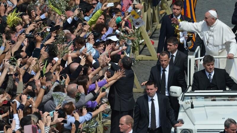 El papa Francisco saluda a los asistentes este domingo en Roma