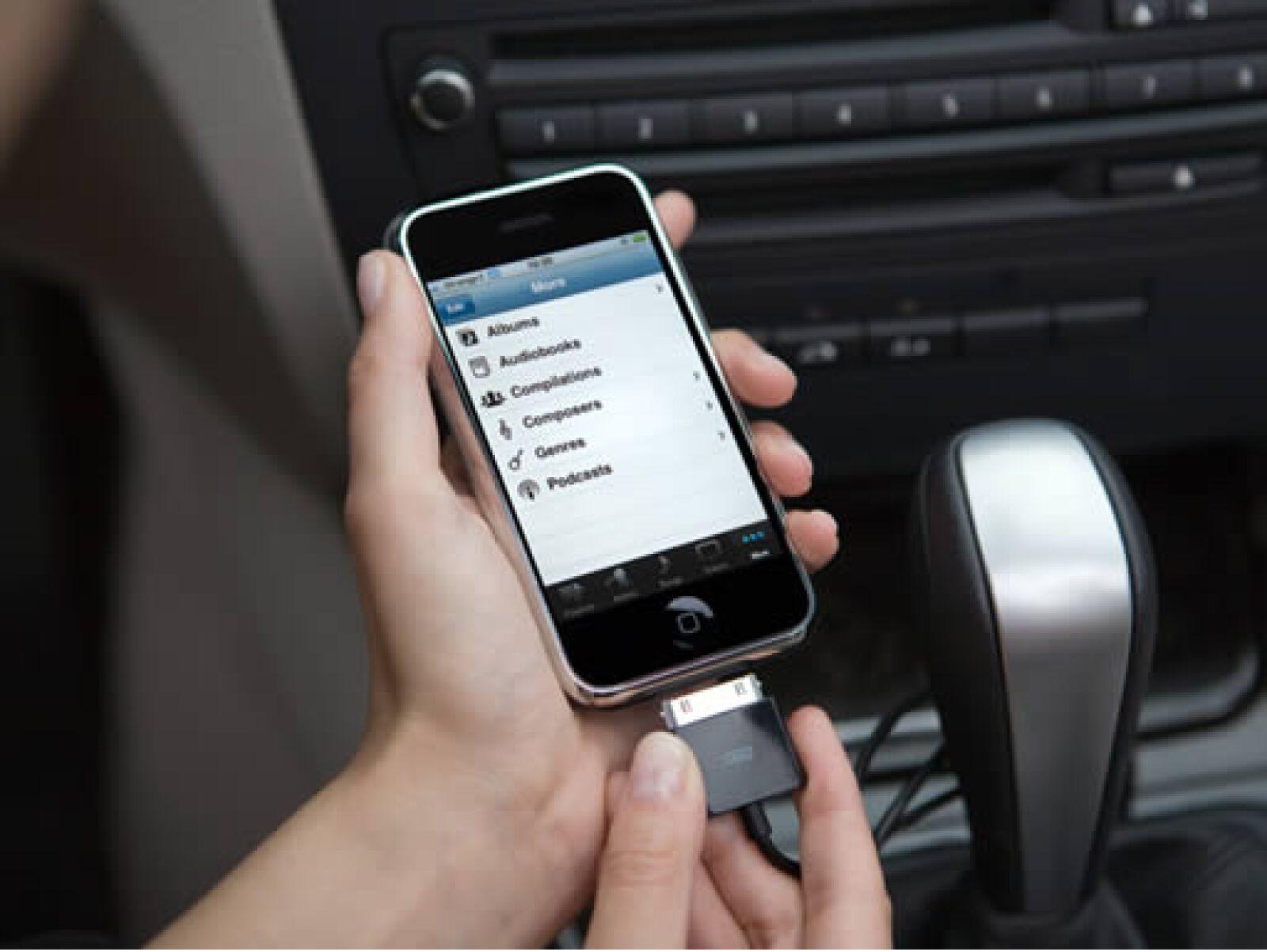 Parrot cuenta con los conectores necesarios para ser utilizado con un iPhone o iPod.