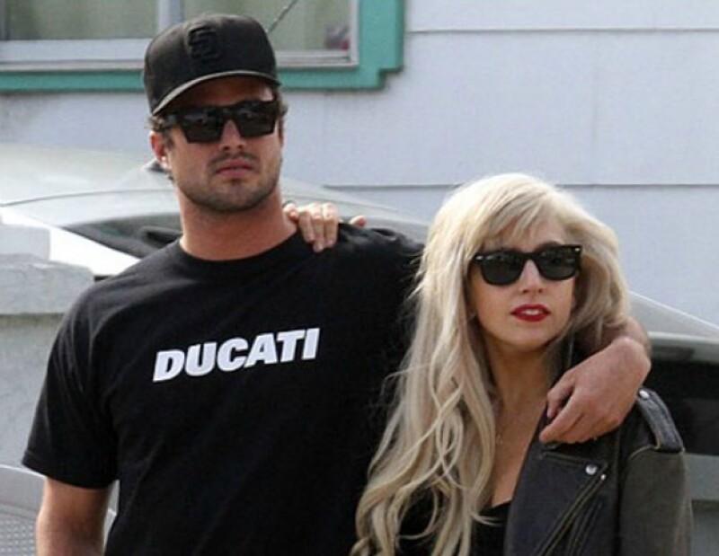 La cantante y el actor Taylor Kinney comenzaron su relación en 2011 tras coincidir en la grabación del vídeo &#39You and I&#39, y aunque se separaron brevemente en mayo, están ahora más felices que nunca.