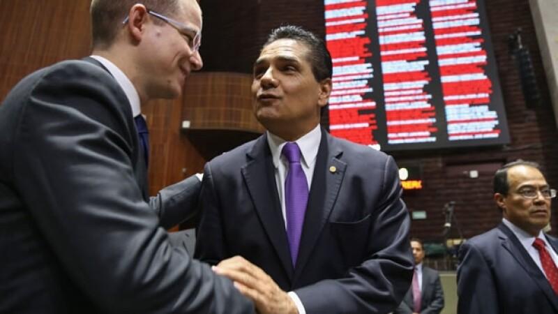 Ricardo Anaya (izquierda), coordinador del PAN, saluda a Silvano Aureoles Conejo, presidente de la mesa directiva de la Cámara de Diputados, este jueves durante una sesión ordinaria