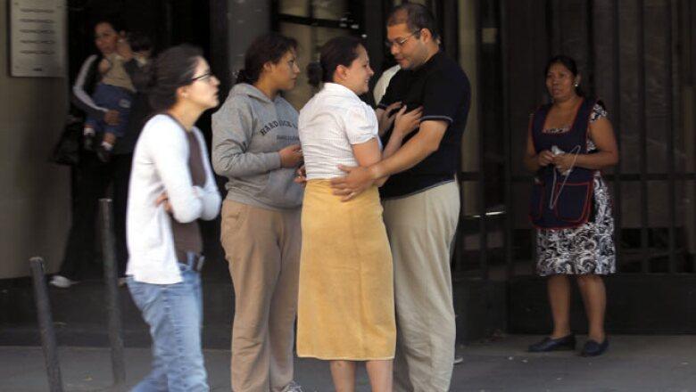 Cientos de personas evacuaron edificios en la Ciudad de México para buscar las zonas de seguridad o dónde refugiarse de eventuales derrumbes.