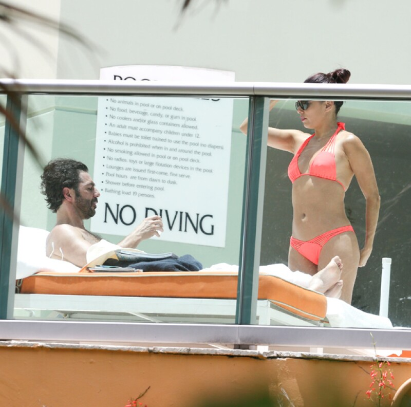 La actriz y el directivo de Televisa fueron vistos disfrutando de una tarde en la alberca de su hotel; ella lució muy sexy con un bikini color coral.