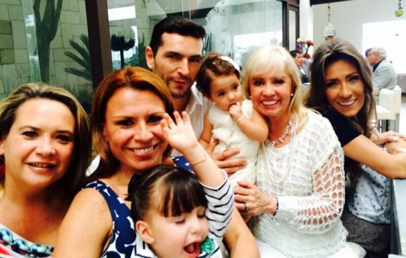 La conductora Carla Estrada también acompañó a Jan en el bautizo de su hija.