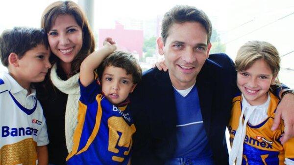 Mari Gely y Juan Camilo acudieron recientemente a un partido de los Pumas acompañados por sus hijos: Juan Camilo, Iván y María de los Ángeles.