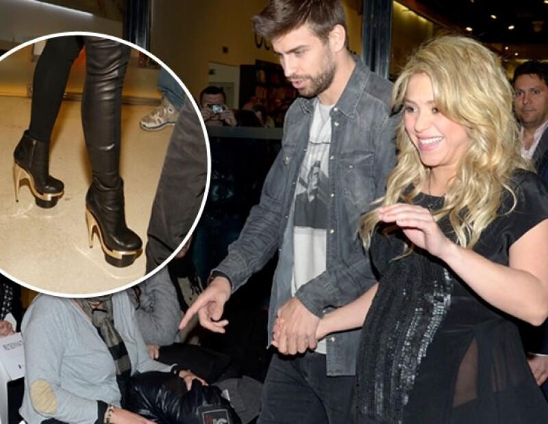 Esta vez la pareja del futbolista Gerard Piqué impactó al presentarse al evento con pantalones entallados y unas botas de plataforma y grandes tacones dorados, que a decir por sus actitudes no le resultaban muy cómodos.