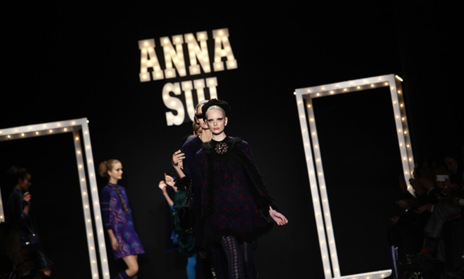 Modelos salen a la pasarela para mostrar las creaciones de la diseñadora estadounidense Anna Sui.