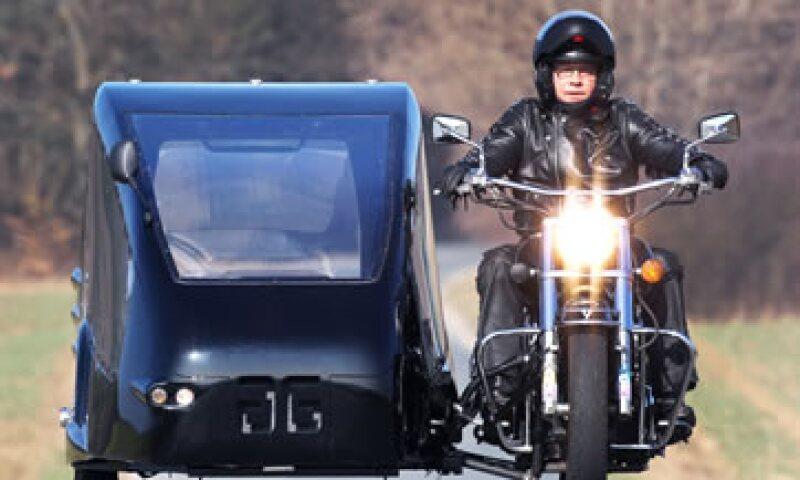 Joerg Grossmann conduce su motocicleta con sidecar convertida en coche fúnebre. (Foto: AP)