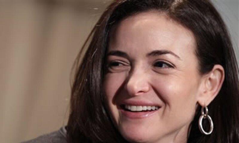 La remuneración de Sandberg acalla los rumores de que podría dejar Facebook. (Foto: AP)