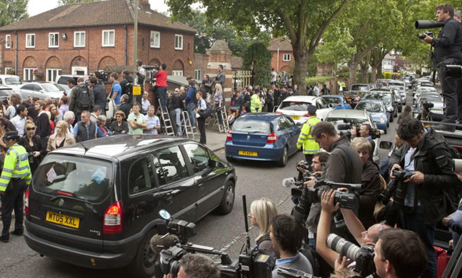 Medios de comunicación se apostaron afuera del cementerio londinense para capturar imágenes de los asistentes.