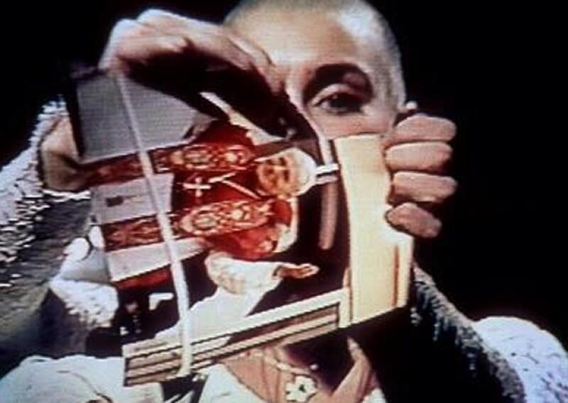 Miley compartió el día de hoy esta imagen del momento en que Sinéad rompió una foto de Juan Pablo II en Saturday Night Live.