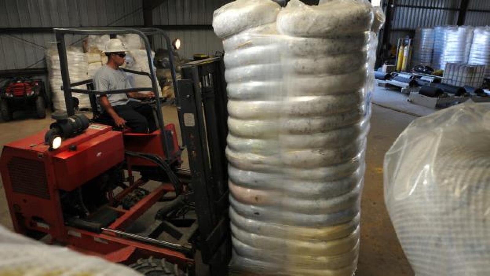 Las autoridades utilizan material absorvente para detener el petróleo