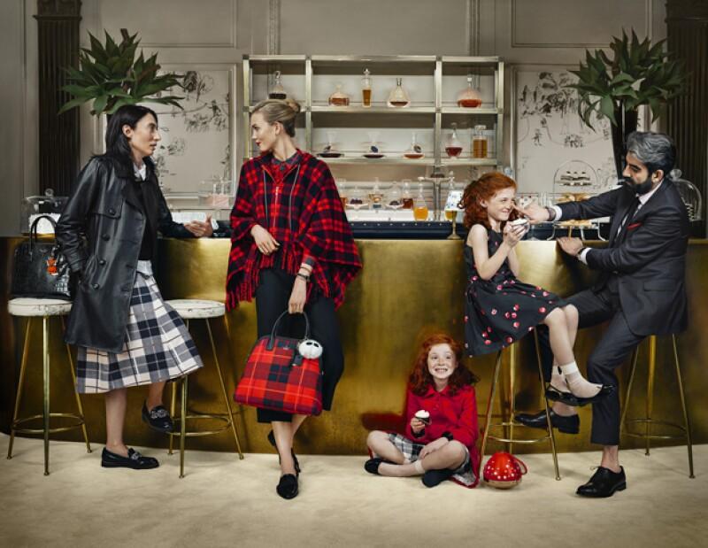 La artista Anh Duong, la modelo Karlie Kloss, y el gerente de Sant Ambrouse, Alireza Niroomand con las gemelas consentidas de Kate Spade, Juliet y Elise Marold