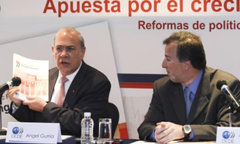 José Antonio Meade, secretario de Hacienda y José Ángel Gurría, secretario general de la OCDE, presentaron el estudio Apuesta por el crecimiento para 2012. (Foto: Notimex)