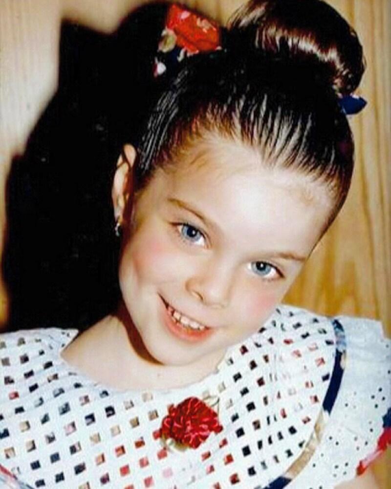 La guapa regiomontana publicó en sus redes una foto de cuando era niña, que acompañó con un emotivo mensaje para sus papás.