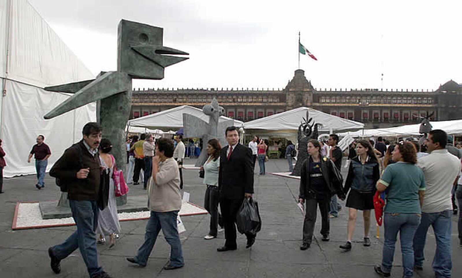 El jefe de Gobierno del DF, Marcelo Ebrard, decidió suspender 4 días la Feria Internacional del Libro del Zócalo para garantizar la seguridad de los visitantes ante la manifestación del jueves protagonizada por el Sindicato de Electricistas.