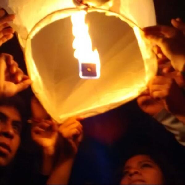Estudiantes de la UAGro, soltaron globos de cantoya en apoyo al movimiento de familiares que buscan a loa normalistas