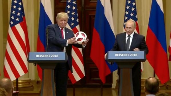 Donald Trump le lanza a Melania el balón que le regaló Vladimir Putin